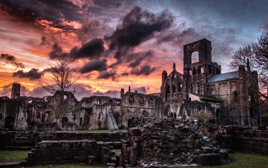 Kirkstall_Abbey_at_sunset